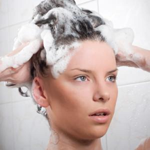 comment liminer les pellicules de ses cheveux des conseils pour parfaire votre look. Black Bedroom Furniture Sets. Home Design Ideas