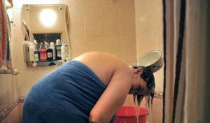 laver-les-cheveux-avec-de-l-eau-chaude